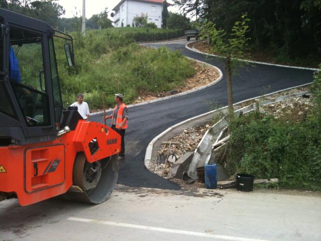 Pregedate slike iz članka: Stanovnici naselja Svrake dobili novi asfalt