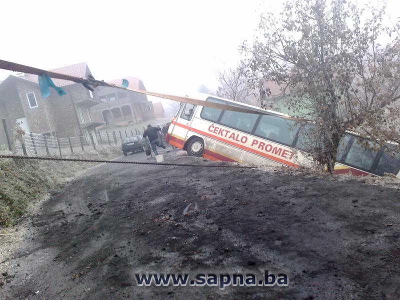Pregedate slike iz članka: Autobus sletio s puta